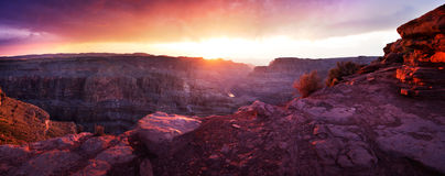 Grand Canyon -Sonnenuntergang panoramisch Stockfotografie