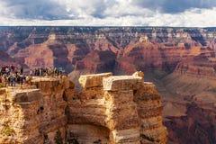 GRAND CANYON, U.S.A. - 18 MAGGIO 2016: Parco nazionale scenico di Grand Canyon di vista, Arizona, U.S.A. Gente turistica immagini stock libere da diritti