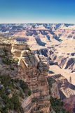 Grand Canyon unter blauem Himmel Stockfotografie