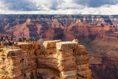 GRAND CANYON USA - MAJ 18, 2016: Scenisk siktsGrand Canyon nationalpark, Arizona, USA Turist- folk Royaltyfria Bilder