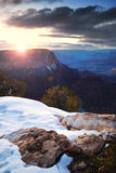 Grand Canyonsonnenaufgang im Winter mit Schnee Stockbilder