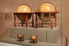 Grand cas en verre avec différents globes classés, institut de l'histoire et art, Albany, NY, 2016 Photos stock