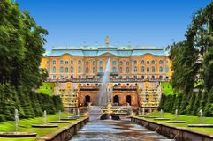 Grand Cascade with fountains and the Grand Peterhof Palace stock illustration