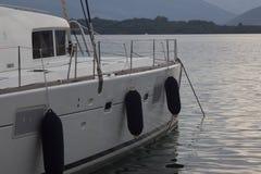 Grand catamaran en mer et montagnes à l'arrière-plan image stock