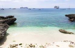 Grand Cayman Inseln, Kreuzschiffe auf dem Hintergrund Stockbilder