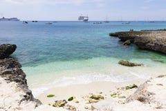 Grand Cayman, Kreuzschiff auf dem Hintergrund Lizenzfreie Stockbilder