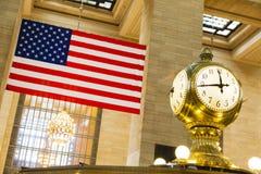 Grand Central -Bahnhofsuhr und -flagge Lizenzfreie Stockfotografie