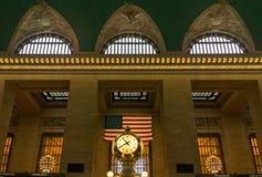 Grand Central klocka med flaggan och Windows Fotografering för Bildbyråer