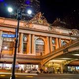 Grand Central längs den 42nd gatan på natten Royaltyfri Foto