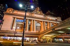 Grand Central längs den 42nd gatan på natten Arkivfoton