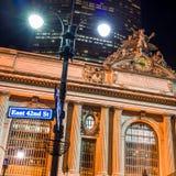 Grand Central längs den 42nd gatan på natten Arkivbild