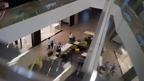 Grand centre commercial Vue du troisième plancher vers le bas clips vidéos