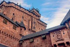 Grand château de brique rouge de Haut-Koenigsbourg en Alsace, France dans la roche Photos libres de droits