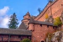 Grand château de brique rouge de Haut-Koenigsbourg en Alsace, France dans la roche Image libre de droits