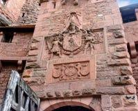 Grand château de brique rouge de Haut-Koenigsbourg en Alsace, France dans la roche Images libres de droits