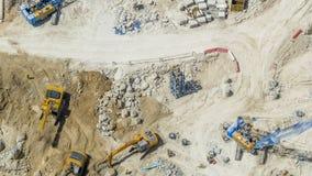 Grand chantier de construction comprenant le timelapse de plusieurs excavatrices et de grues travaillant à un complexe de bâtimen banque de vidéos
