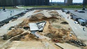 Grand chantier de construction moderne de centre commercial dans le timelapse de ville banque de vidéos