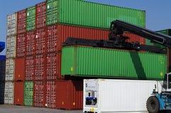 Grand chariot élévateur empilant des conteneurs dans le port Photos libres de droits