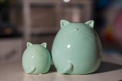 Grand chat bleu et petit chat utilisé pour la décoration à la maison image stock