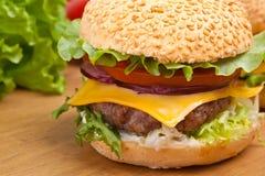 Grand cheeseburger savoureux Photographie stock libre de droits
