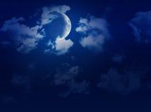 Grand ciel avec la pleine lune, les nuages et les étoiles Photo stock