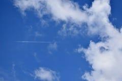 grand ciel bleu et nuages blancs Image stock