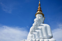 Grand cinq blanc Bouddha chez Wat Pha Sorn Kaew Photo libre de droits