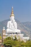 Grand cinq blanc Bouddha chez Wat Pha Sorn Kaew Image libre de droits
