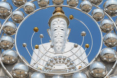 Grand cinq blanc Bouddha chez Wat Pha Sorn Kaew Photo stock