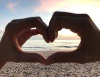 Grand coeur à la plage avec le lever de soleil Photos libres de droits