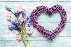 Grand coeur décoratif et fleurs d'amande et bleues roses de muscaries Photos stock