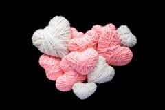 Grand coeur de petite forme rose et blanche de coeur de fil de laine d'isolement Photographie stock