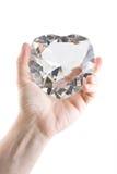 Grand coeur en cristal dans la main des hommes Photographie stock libre de droits