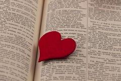 Grand coeur rouge à une page de livre Photo stock