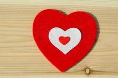 Grand coeur rouge de tissu mou, sur le fond en bois famille, Valentine Day, épousant le concept d'amour Photo libre de droits