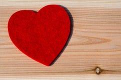 Grand coeur rouge de tissu mou, sur le fond en bois Valentine Day, épousant le concept d'amour Photos libres de droits