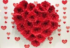 Grand coeur rouge fait par les roses rouges de papier Image stock