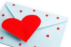 Grand coeur rouge sur l'enveloppe de courrier, valentine Photo libre de droits