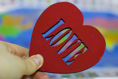 Grand coeur rouge sur une carte de fond de la terre Image stock