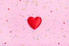 Grand coeur sur un fond de couleur Photos libres de droits