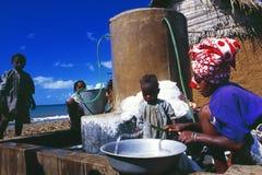 Grand Comores : Un tissu comorien de lavage de femme, son obe d'enfants photo libre de droits