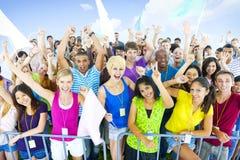 Grand concept encourageant des jeunes de groupe images libres de droits