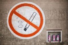 Grand connectez-vous le mur en béton avec le signe non-fumeurs photographie stock libre de droits