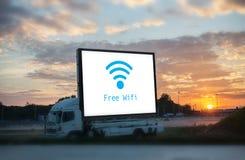 Grand conseil avec la mise en réseau d'icône de wifi, se reliant Wifi gratuit Photos stock