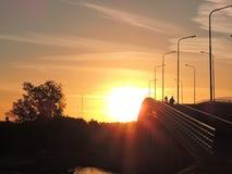 Grand coucher du soleil au-dessus du pont Images stock