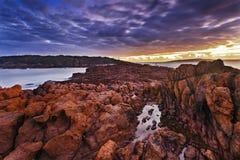 Grand coucher du soleil rocheux de mer Photographie stock