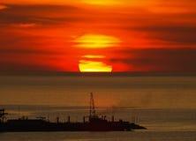 Grand coucher du soleil rond au-dessus de Golfe du Mexique Images libres de droits