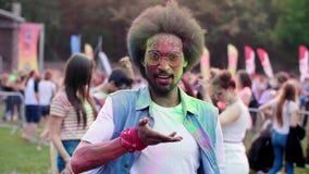 Grand coup vers le haut de vidéo d'homme africain au festival de holi banque de vidéos