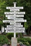 Grand courrier de signe blanc avec des directions autour de ville, lac Winnipesaukee, été, 2014 Photos libres de droits