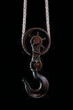 Grand crochet en métal accrochant sur la corde Photo stock